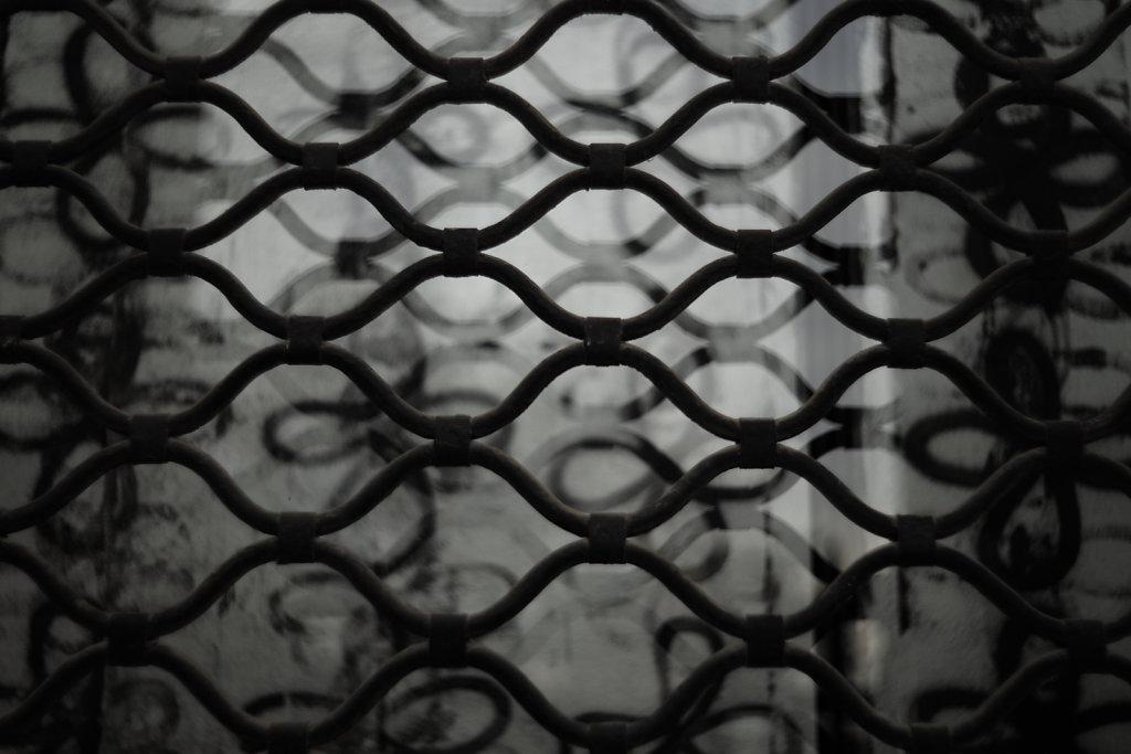 La grille et son reflet